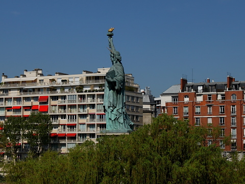 Tour Eiffel statue liberte cygnes.jpg